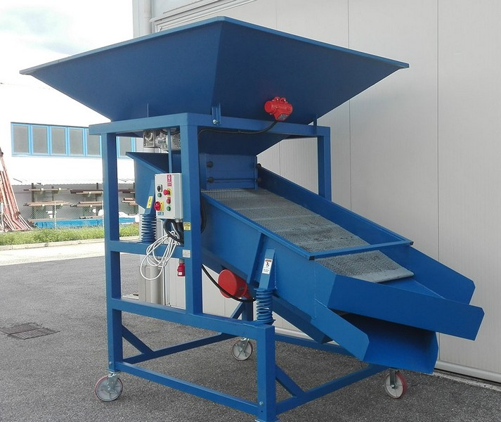 VIBRATING SCREENER (Productivity 10-15 ton/hour)