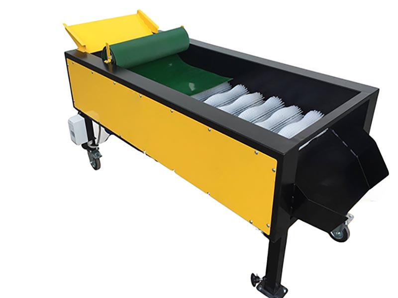 EQUIPMENT FOR SELECTING AND CLEANING VEGETABLES